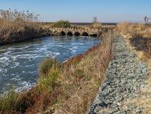 Niedrigwasserbrücke mit einer gabion Stützmauer Stockbild