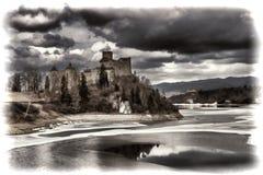 Niedzica城堡和Czorsztynskie湖在波兰 库存图片