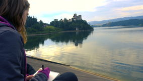 画Niedzica城堡的剪影的女孩 股票录像