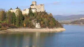 Niedzica slott - den Dunajec slotten - i de Pieniny bergen på en ljusa sommardag/Polen stock video