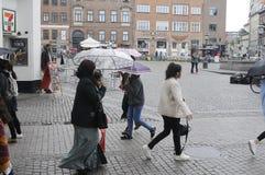 NIEDZIELA kupujący Z torba na zakupy I parasolami Zdjęcia Stock
