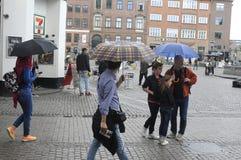 NIEDZIELA kupujący Z torba na zakupy I parasolami Fotografia Stock