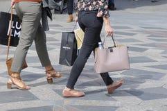 NIEDZIELA kupujący Z torba na zakupy I parasolami Obrazy Royalty Free