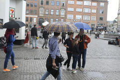 NIEDZIELA kupujący Z torba na zakupy I parasolami Obraz Royalty Free