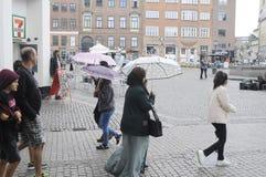 NIEDZIELA kupujący Z torba na zakupy I parasolami Zdjęcia Royalty Free