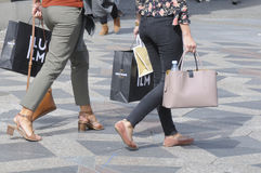 NIEDZIELA kupujący Z torba na zakupy I parasolami Obraz Stock