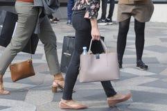 NIEDZIELA kupujący Z torba na zakupy I parasolami Obrazy Stock