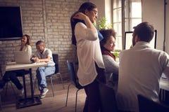 Nieformalna komunikacja pracownicy w biurze obrazy royalty free
