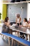 Nieformalny spotkanie żeńscy praca koledzy, pionowo fotografia royalty free