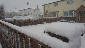 Śnieg na ogrodzeniu na wioski ulicie Fotografia Stock
