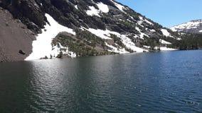 Śnieg przy jeziorem zdjęcie stock