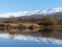 Śnieg zakrywał pasmo górskie odbijającego w jeziorze przy masarki tamą, Środkowy Otago, Nowa Zelandia Fotografia Royalty Free