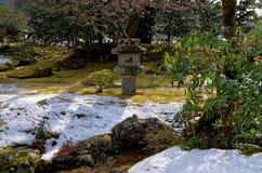 Śnieg zakrywający japończyka ogród, Kyoto Japonia Fotografia Stock