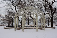 Śnieg Zakrywający Ślubny Gazebo Zdjęcia Royalty Free