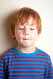 Niegrzeczna przyglądająca chłopiec Zdjęcie Royalty Free