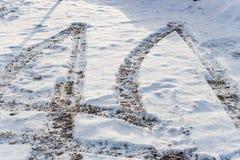 Śniegu i brei odciski stopy na drodze Obraz Royalty Free
