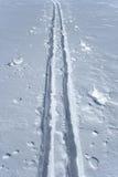 śniegów narciarskie ślady Fotografia Royalty Free