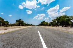 Niekończący się droga z niebieskim niebem Zdjęcia Royalty Free