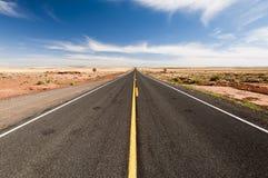 Niekończący się drogi w Arizona pustyni, usa Obrazy Royalty Free