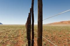 Niekończący się ogrodzenie w pustynia krajobrazie Obraz Royalty Free