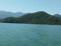 Niekończący się Skadar jezioro, otaczający majestatycznymi górami w Montenegro zdjęcie stock