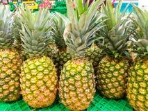 niektóre świezi ananasy na klingeryt zieleni półce przy wprowadzać na rynek gotowego sprzedającym klienci linii brzegowej zielone zdjęcie stock