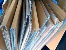 niektóre fałdowi brązów pudełka gotowi przetwarzać paperboard zdjęcie stock