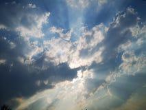 Niektóre światło słoneczne w niebie i zdjęcie stock
