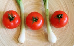 Niektóre świeża wiosny cebula i pomidory obrazy royalty free