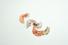 Niektóre barwioni ołówki, ołówkowy golenie na białego papieru tle i Zdjęcia Royalty Free
