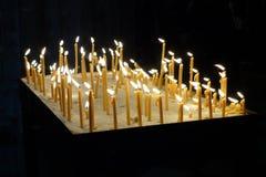 Niektóre blaski świecy dalej na ciemnym tle obraz stock