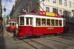 Niektóre czerwoni tramwaje wąskie ulicy Lisbon Fotografia Stock