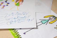 Niektóre dzieci ` s obliczenia i rysunki Zdjęcia Stock