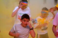 Niektóre dzieciaki w ścigają się pokrywę z koloru żółtego proszkiem Obrazy Stock