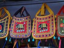Niektóre eleganckiej pięknej bawełnianej mieszanki naramienne torby z słonia hafciarskim mirrorwork wieszali od sufitu fotografia royalty free
