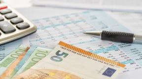Niektóre euro rachunki na dokumentach z kalkulatorem zdjęcia royalty free