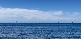 Niektóre jachty za Hiszpańskim horyzoncie dalej fotografia stock