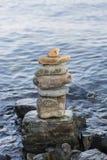 Niektóre kamienie na each inny z morzem fotografia stock