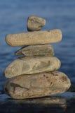 Niektóre kamienie na each inny z morzem obraz royalty free