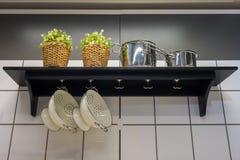 Niektóre kitchenware zrozumienie na białej ścianie z cegieł obraz royalty free