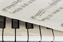 Niektóre klucze pianino z szkotowej muzyki narzutą Zdjęcia Royalty Free