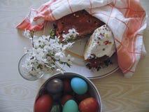 Niektóre kolorowi jajka w talerzu dla wielkanocy Fotografia Royalty Free