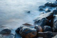 Niektóre mokre skały przy brzeg zdjęcie royalty free