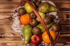 Niektóre owoc w łozinowym koszu Zdjęcie Stock