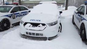 Niektóre samochody policyjni parkujący w parking terenie podczas śnieżnej burzy zbiory wideo