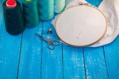 Niektóre turkusowa nić z tkaniną w drewnianej broderii f Fotografia Royalty Free