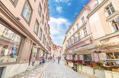 Niektóre turyści chodzą w Popularnej ulicie w starym miasteczku Tallinn estonia Fotografia Stock