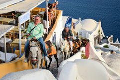 Niektóre turyści iść w górę schodków od portu Oia miasto Zdjęcie Stock