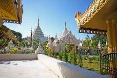 Niektóre wiele kompleksy w Mandalay i pagody, Myanmar zdjęcia royalty free