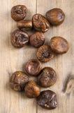 Niektóre wysuszone figi na drewnie Zdjęcie Stock